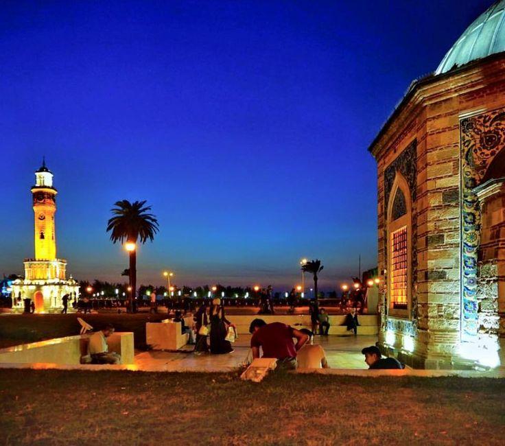 伊茲密爾的城市地標鐘塔在夜晚時特別耀眼美麗,此處廣場也是市民平常約會休憩的地方。 ©erdemsilay
