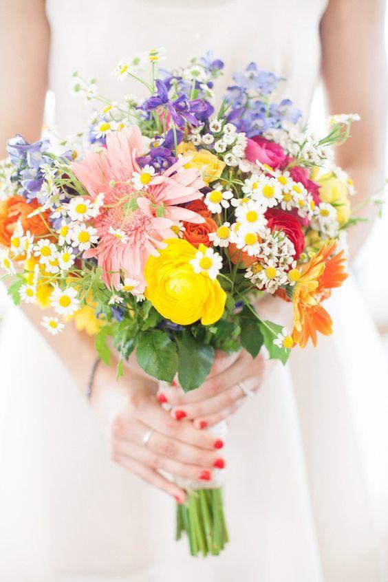 Faites de votre bouquet de mariée un arc-en-ciel de couleurs ! Combinez marguerites, roses, gerberas et fleurs des champs pour un bouquet des plus coloré !