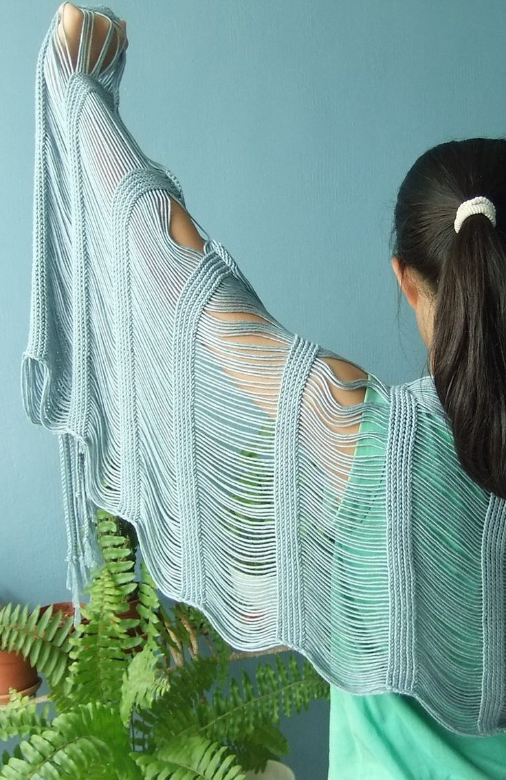 Easy Knitting Pattern for Phiaro Scarf - Katie Himmelberg designed this easy, flowing drop stitch scarf. Stitches are dropped during the bind-off to create the dropped-stitch sections and the fringe. Pictured project by stephccng.