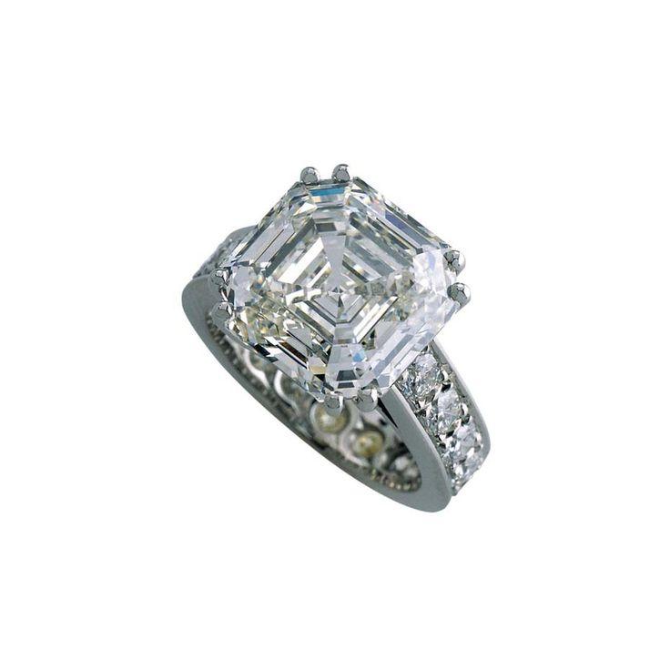 Royal Asscher cortó el anillo de compromiso del diamante en oro blanco.  También disponible en platino y oro amarillo.