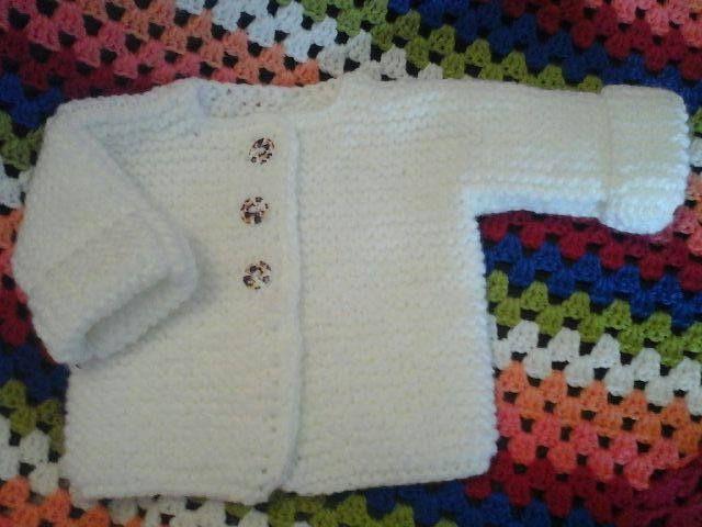 explications écrites de la taille 1 mois/ 6 mois/ 9 mois/ 12 mois Taille du cardigan = 1 moisLe point mousse : Vous tricotez tous les rangs à l'endroit.Un carré de 10 cm de côté tricoté au point mousse = 14 mailles et 26 rangs. LE DEVANT DROIT : : Vous...