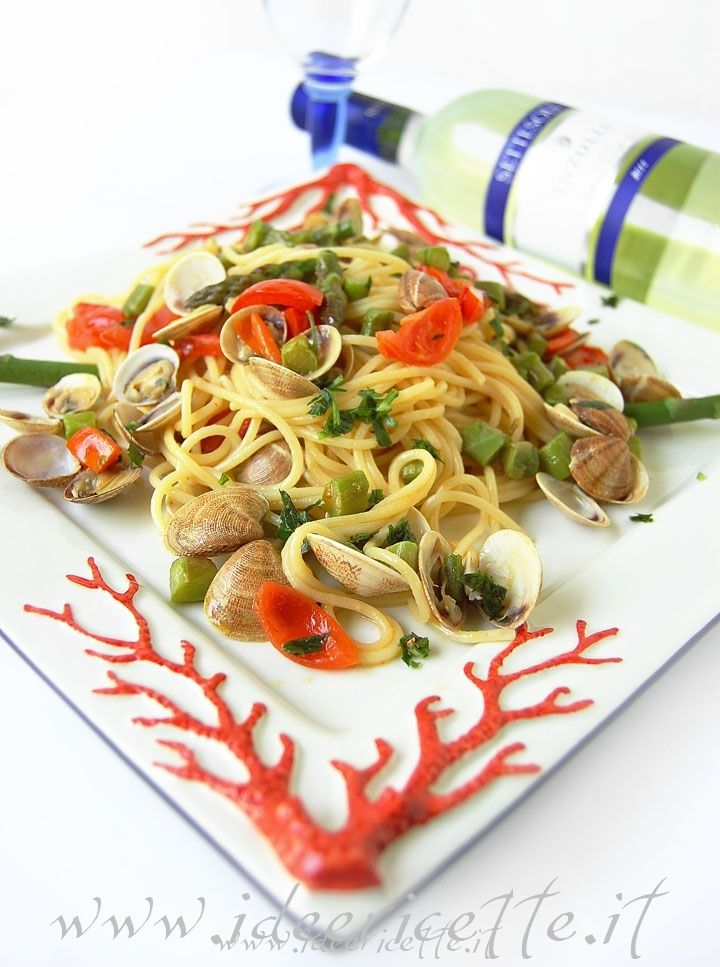 D'estate cosa c'è di meglio di un primo piatto con frutti di mare e verdure? Adoro l'abbinamento pasta con pesce/verdure soprattutto quando gli ingredienti sono freschissimi e di stagione, come in questo caso ed il tutto è servito in dei meravigliosi piatti con tema marino!  Ingredienti per 2 persone: - 200 gr di spaghetti - 400 gr di vongole o lupini - una decina di asparagi - 5/6 pomodorini ciliegini - 1 spicchio di aglio - prezzemolo - sale - peperoncino Preparazione...