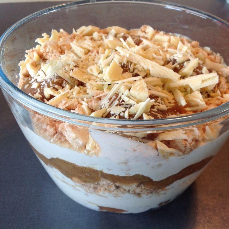 Jeg havde helt glemt, hvor dejligt Rabarbertrifli smager, og så er det jo super hurtigt at lave. Til 6-7 personer. Rabarberkompot. Se opskrift 250 g. mascarpone. 2 æggeblommer . 1 bæger pastauserede æggeblommer. 75 g. flormelis. 1/2 vaniljestang. 1 1/2dl. fløde. Markroner. 75 g. hvid chokolade. Hakkes groft. Pisk æggeblommer, flormelis og kornene af vaniljestangen godt sammen. Vend æggemassen i mascarponen, og rør det godt sammen. Pisk fløden til en let flødeskum, og vend forsigtig ...