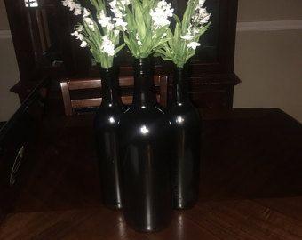 Encaje, perlas y guita adornan estos rústico pero encantador teal pintó botellas de vino. Hecho de botellas de vino recicladas, tiza pintados en verde azulado, y embellecido con guita, perlas y encajes, estas botellas dibujar muchos una mirada de admiración. Puso en su manto de chimenea o en un estante y hacer que una pieza central en su mesa. El sistema hará un estreno de una hermosa casa o regalo de boda también