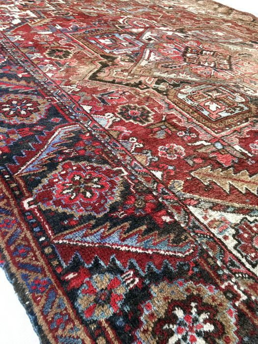 Prachtige Perzische deken antieke Heriz - 360 x 250 cm - Iran - circa 1950.  Welkom bij passie d'Orient:Heriz tapijt: gemaakt van kwalitatief hoogwaardige wol die zorgt voor een zeer duurzaam tapijt zeer geschikt voor openbare ruimtes en eetzalen waar ze meer afhankelijk van slijtage zijn. Deze oosterse tapijten zijn handgeknoopte in het Noord-Oosten van Iran en hebben vaak grote centrale geometrische roundels. Heriz tapijten worden beschouwd als onder sommige van de mooiste soorten gewone…