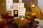 Die gemütliche Kachelofenhalle ist beliebter Treffpunkt unserer Gäste im Landhaus Bärenmühle.