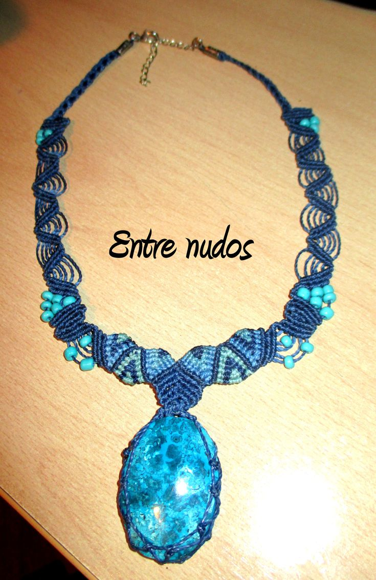 Collar azul con piedra engarzada. #EntreNudosMacrame