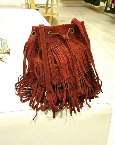 Precioso bolso con flecos en color granate. #marsvilleshop
