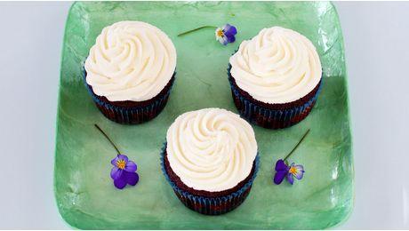 Herlige cupcakes med sjokolade i en fei.