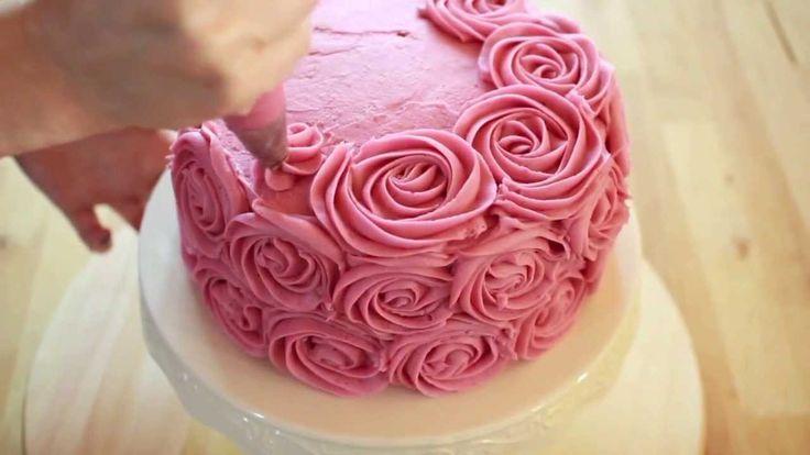 Come decorare una torta con la tecnica delle rose usando frosting e sac a poche con punta Wilton #2D http://tanadeidolci.blogspot.it https://www.facebook.com...