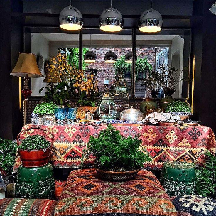 Boho Chic foi nossa inspiração para a produção de hoje ideias Incríveis como usar kilim como toalha de mesa foi o ponto de partida!  Uma mesa vitrine com 100% de produtos @mariapiacasa que tem loja online e física em São Paulo e em Campinas. Estou encantada com cada detalhe no snaplardocecasa mostro tudo e um pouco mais. http://ift.tt/1G1h5N2 #olioliteam #welcomehome_it #mariapiacasa @olioli_lifestyle #bohochic #mesaposta #mesadecorada #decor #homedecor