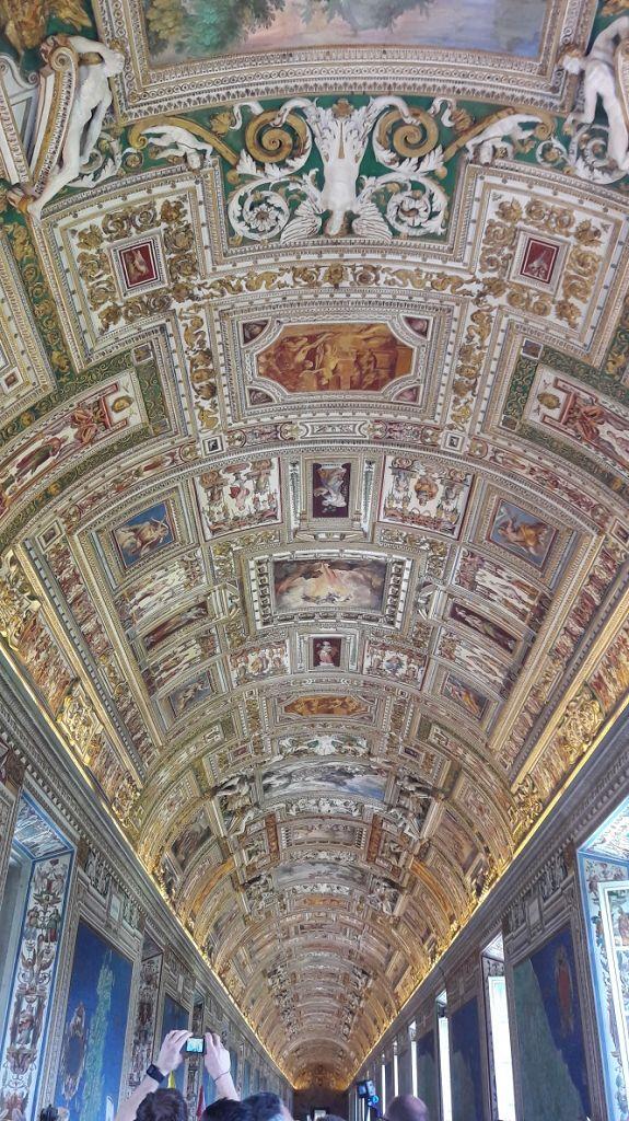 """Während der Führung im Vatikan lohnt sich ein Blick nach """"oben"""" zur Decke !"""