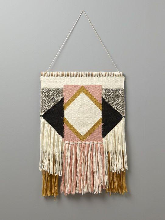Le panneau tissé est une pièce déco incontournable cette saison. Il habille les intérieurs par son style ethnique et ses coloris chaleureux. Détails D