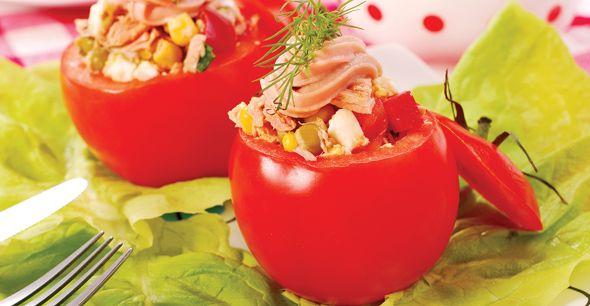 Rosii umplute cu ton- Rosiile sunt nelipsite din meniul de vara. Fie ca le punem in salate, fie ca le folosim pentru retete speciale, rosiile sunt sanatoase si dau gust preparatelor noastre. Incearca si tu cele mai gustoase retete cu rosii.