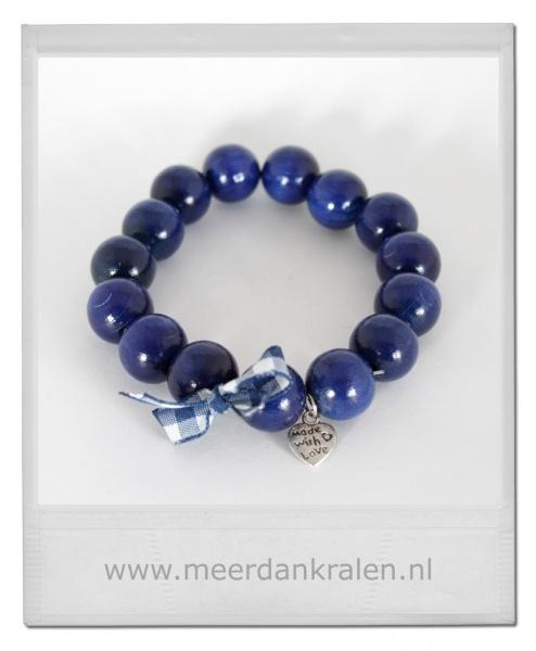 """Geregen armband, Hollands Blauw, grote houten kralen, versierd met geruit strikje en bedel """"Made with love"""" op elastiek.    Blue wood beads"""