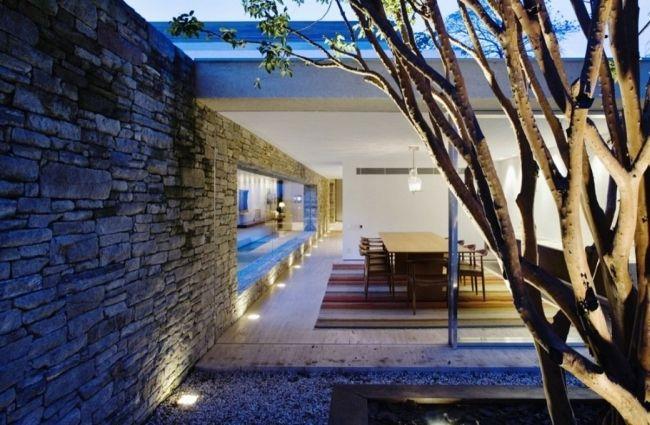 Nowoczesna elewacja i okładzina z kamienia zestawiona z białym tynkiem - bo nowoczesne projektowanie to również nowoczesne materiały! Zapraszam Was do wnętrza i bryły tego niezwykłego domu - Mirindoba House u Pani Dyrektor!