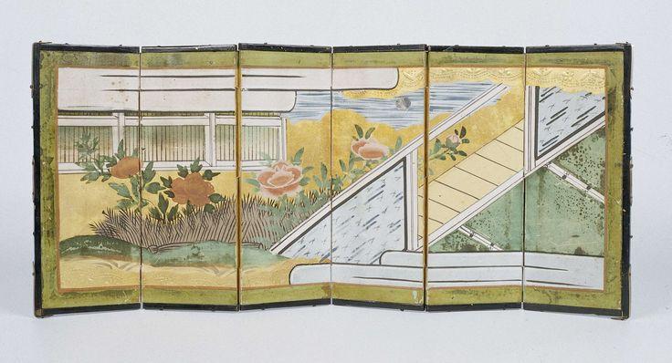 Anonymous | Kamerscherm beschilderd met Japanse voorstellingen, Anonymous, 1676 - 1699 | kamerscherm met zes panelen, vervaardigd van hout, aan beide zijden beplakt met papier, met papieren scharnieren (twee hele en twee halve). Het geheel omrand met latten van zwart gelakt hout, verstevigd met verguld koperen beslag. De voorzijde is binnen een geelgroene omlijsting beschilderd met een voorstelling van een Japans interieur met tatami-matten en een open wand, een tuin met hekerk, pioenrozen…