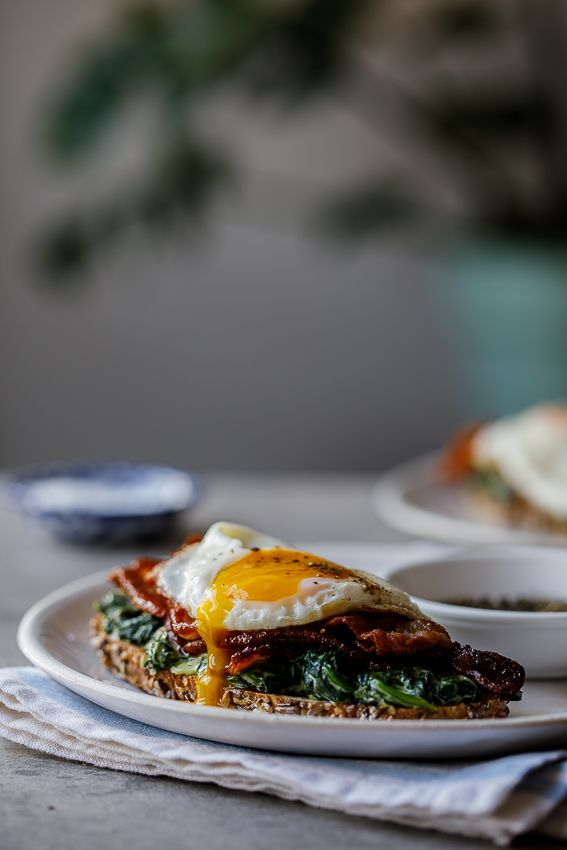 Bacon, egg and creamed spinach breakfast toast - Simply Delicious. Breafkast | Brunch | Gluten free | Easy recipe | Food | cooking | Food styling | Food photography | Fried egg | Easy breakfast |