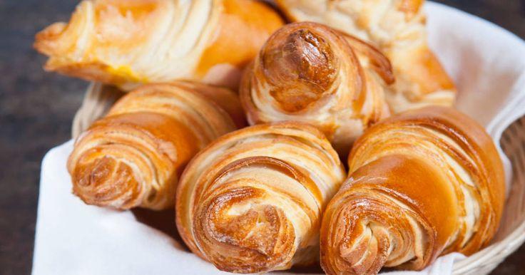 Mennyei Vajas croissant recept! Ráérős vasárnapi reggeliken beleharapni egy ropogós, pillekönnyű croissantba mennyei érzés. Ez idáig csak vágyakoztam rá, de hála Limara receptjének most már valóság. Ezer köszönet érte.