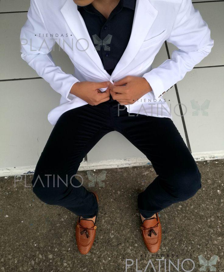 """Blazer slim fit blanco de gabardina, pantalón de gabardina marino y mocasín chevron en piel genuina con mota. Artículos hechos en México por la marca """"Moon & Rain"""" y de venta exclusiva en """"Tiendas Platino"""" #TiendasPlatino #Moda #Hombre #Camisa #Pantalón #Calzado #Mocasín #Outfit #Mens #Fashion #Dapper #Ropa #México #Looks #Style"""