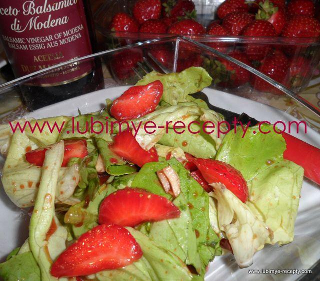 salat s klubnikoj