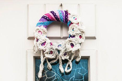 Pokud nemáte po ruce kytičky, můžete vyrobit z proužku krajky růžičky či jen malé uzlíky; Eva Malúšová