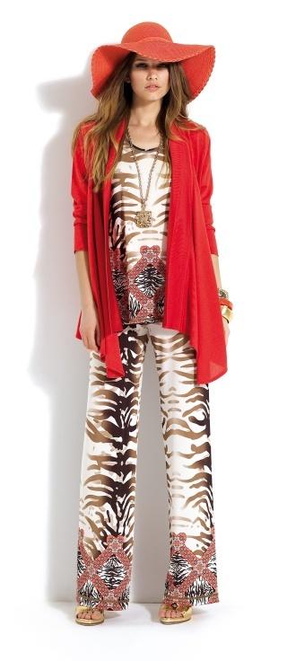 Dos piezas de pantalón y blusa con estampado salvaje. Rebeca larga de color rojo. #trousers #savagepattern #red #cardigan