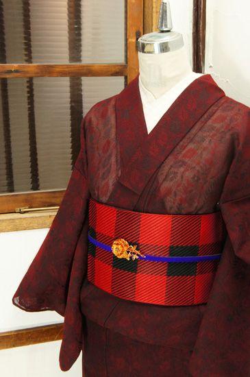ブラウンに近いベリーがかった赤を基調に、花や葉が形作る優美なよろけ縞美しいボタニカルパターンが浮かび上がる紗の夏着物です。 #kimono