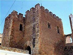 Las murallas de Alpuente    En época musulmana la villa disponía de una gran muralla con catorce torres, que sirvió para la defensa y el refugio de los habitantes de extramuros en caso de peligro. Actualmente quedan restos entorno al casco histórico.