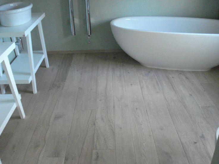 a modern wooden bathroom by Pavimenti e design di arredo Uderzo