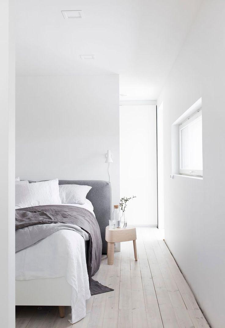 Wundervoll Aesence/ Blog   Minimal Home. Schlafzimmer Minimalistisch Bett Kopfteil  Grau Weiß Holzboden Hell Schlicht