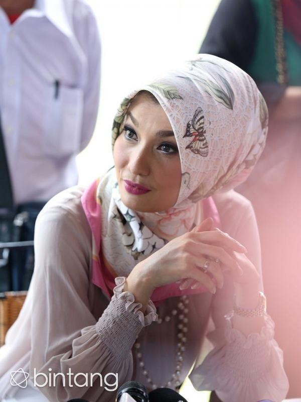 Tren berbusana batik yang belakangan mulai ramai menghiasi fesyen kaum urban di Indonesia membuat model senior, Arzetti Bilbina merasa bangga. Alasannya, kesan batik yang dahulu dikatakan kuno sudah mulai tergerus dari kreatifitas fesyen generasi muda dalam memadupadankan pakaian. (Adrian Putra/bintang.com)