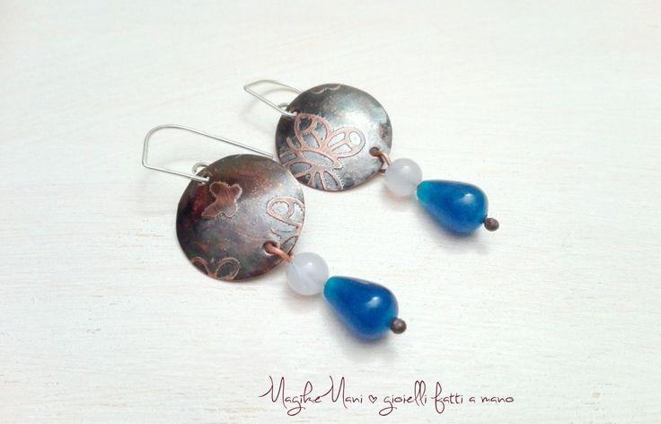 orecchini pendenti in rame con incisione e pietre sui toni del blu di MagikeMani su Etsy