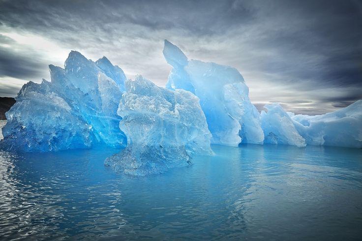 グリーンランドにある氷塊。水晶のように透き通っている