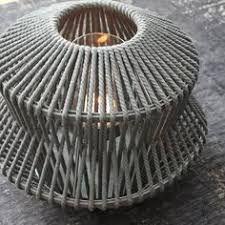 Lantaarn Vivid van D&M Depot valt op door zijn vorm en grijze vlechtwerk van touw. TOP!