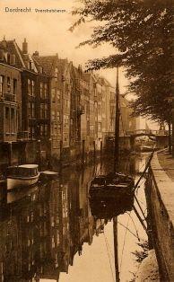 historie Dordrecht; De Voorstraathaven is van groot belang geweest voor het ontstaan van de stad. Het riviertje de Thure stroomde vanaf het zuiden naar de Merwede. Aan dit riviertje ontstond de nederzetting Thuredriht. Later dus Dordrecht. Dit gedeelte van de Voorstraathaven is afgegraven in 1284. Toch knap als je bedenkt dat dit met de hand is gebeurd.