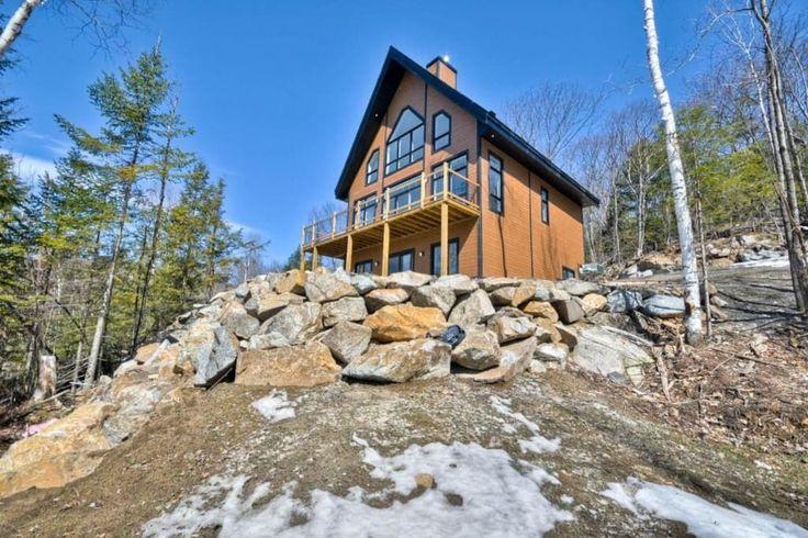 Maison à Cantley, Canada. Laissez-vous séduire par cette magnifique maison de style chalet avec vue incroyable sur les montagnes de l'Outaouais et située à proximité des pentes de ski, du parc aquatique et du parcours de golf du Mont-Cascades à Cantley.  Be seduced by this...