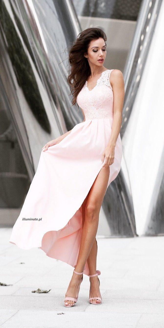 Długa elegancka pudrowo-różowa sukienka dla druhny.
