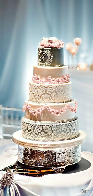 Wedding ● Cake. Oooooooh. I don't know if it's the lighting or the cake itself, but it's super pretty