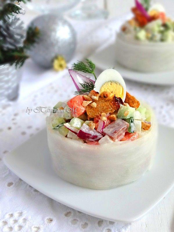 """Овощной салат с копченой семгой и сухариками в """"белой шубке"""". Праздничные зимние салаты в кулинарном блоге Татьяны М."""