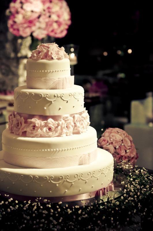 Flores rosas são super delicadas, além de lindas, como esse bolo!