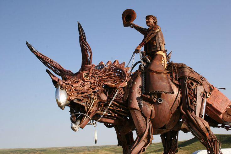 triceratops-monte-cow-boy John Lopez est un artiste américain originaire de l'Etat du Dakota du Sud. Elevé dans un ranch, il s'est d'abord lancé dans la réalisation d'oeuvres d'art en bronze qui ont connu un succès sans précédent à travers le pays. Depuis, sa nouvelle lubie, c'est le fer. On vous laisse découvrir en images ses plus belles créations réalisées à partir d'anciens matériaux de ferme que vous pouvez également retrouver sur son site web.
