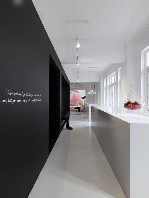 Black wall in white kitchen by Leo Burnett.: Black Walls, Offices Design, Burnett Offices, Interiors Design, Singapore Offices, Offices Ideas, Leo Burnett, Offices Redesign, Design Offices