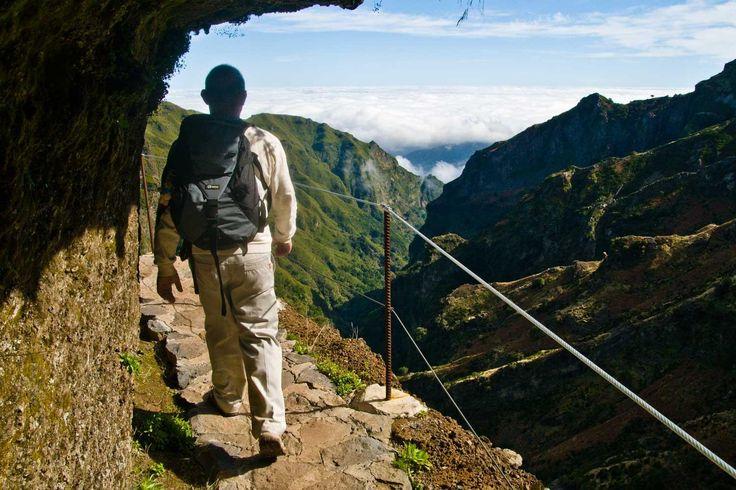 Unsere Wanderreise im Nordosten Madeiras führt Sie in das grüne Herz der Insel, an die wilde Nordküste und auf den höchsten Gipfel. Es bleiben keine Wünsche offen, denn Sie wandern durch den Lorbeerwald bei Ribeiro Frio, erleben die wildromantische Levada Caldeirão Verde, besteigen den Pico Ruivo und feiern den krönenden Abschluss im faszinierenden Funchal