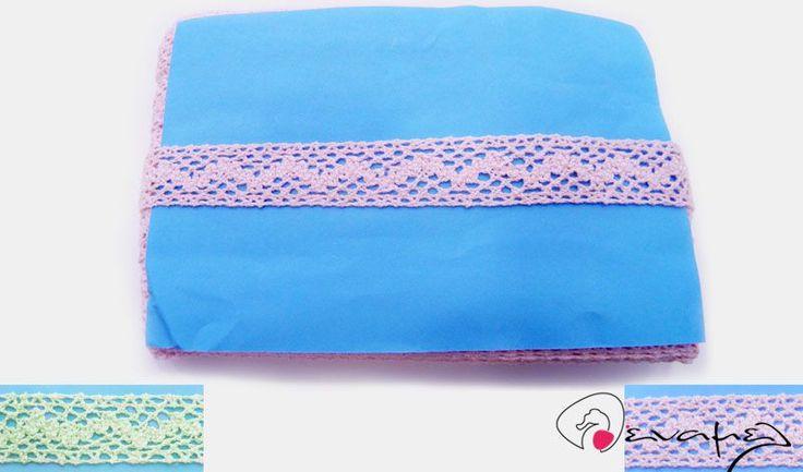 Δαντέλα βαμβακερή διαθέσιμη σε ροζ, βεραμάν και λευκό.  Διαστάσεις 2cm Χ 18 μέτρα περίπου