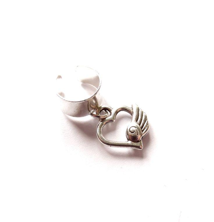 Ear cuff i silverplätering med ett hjärta med vinge.