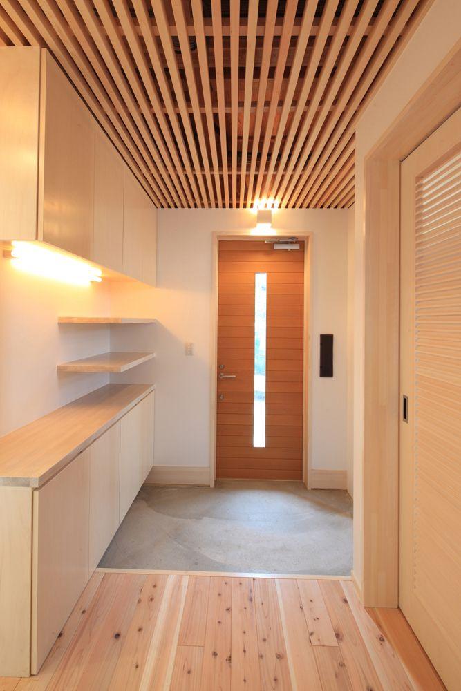 玄関収納と米杉の玄関扉