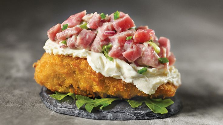 Essayez la recette de cornicochon de Geneviève Everell : un délicieux tartare de bœuf traditionnel servi sur des cornichons!