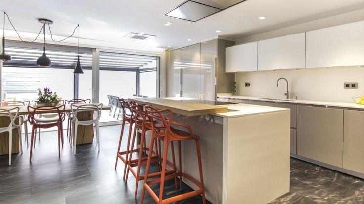 Cuisine ouverte avec îlot meublée avec les modèles INTRA et KARMEL Gris sable de Santos. Chaise Etoile de chez Green