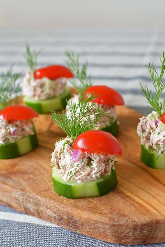 Mezcla la ensalada de atún, saca tus círculos de pepino, y ¡a picar! Obtén la receta aquí.